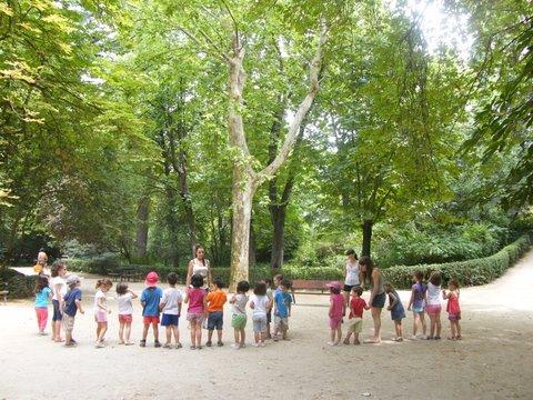 Nenes jugando al aire libre